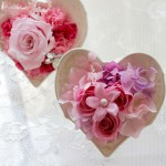 バラの上に、アクセントのパールをつけたジャスミンを飾り、周りは紫陽花で囲みました。
