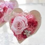ピンクのバラの周りを数色のカーネーションでフリフリ感を出して、ラブリーに仕上げました。