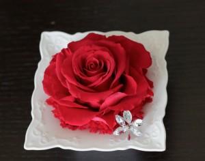 大輪の深紅のバラをメリアにして、周りも深紅のカーネーションで飾りました。