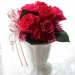 深紅のバラと、濃いピンクのバラのシックなアレンジ