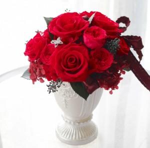 大輪の深紅バラを中心に 濃いピンクのバラもアクセントに入れました。