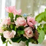 バラのアバランシェとチューリップをポイントに。