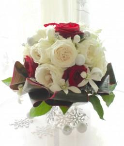 雪の結晶の花言葉の白いバラを使いました。