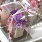 花器に木馬のリボン使用。 パープル系とピンク系のバラ2種作成しました。