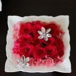 濃いピンクのバラの周りに、カーネーションを小分けにしてフリフリ感を出しました。