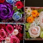 リバティプリントの花器に イメージをあわせたお花を 選び入れました。