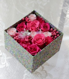 リバティプリントの柄にあわせ、贅沢にバラや実物をいれました。 全てプリザーブドフラワー使用。