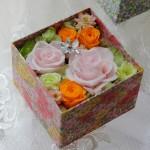 リバティプリントの柄に合わせ、ピンク、オレンジ、イエローグリーンのバラ、柏葉紫陽花使用。