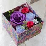 リバティプリントの柄にあわせ、  パープル、スカイブルー、濃いピンクのバラ使用。