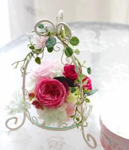 大輪のカップ咲のバラの他4種類のバラ使用。