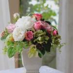 アンティークな花器に繊細な色あいの高級アーティフイシャルフラワーをアレンジ。