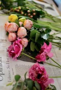 春のお花を束ねます